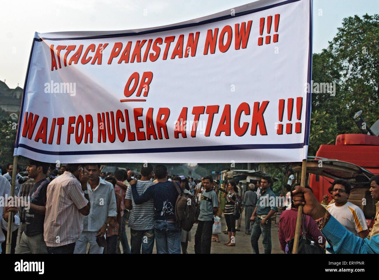 Demonstrant hält Banner nach dem Terroranschlag von Deccan Mudschaheddin in Bombay Mumbai Stockbild