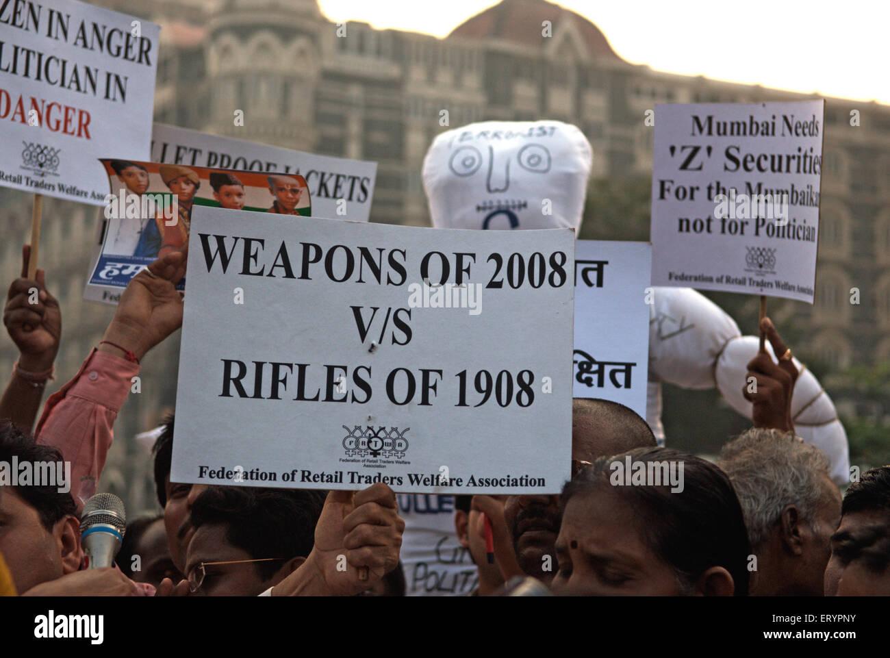 Demonstrant Banner nach Terroranschlag von Deccan Mudschaheddin in Bombay Mumbai zu halten; Maharashtra Stockfoto