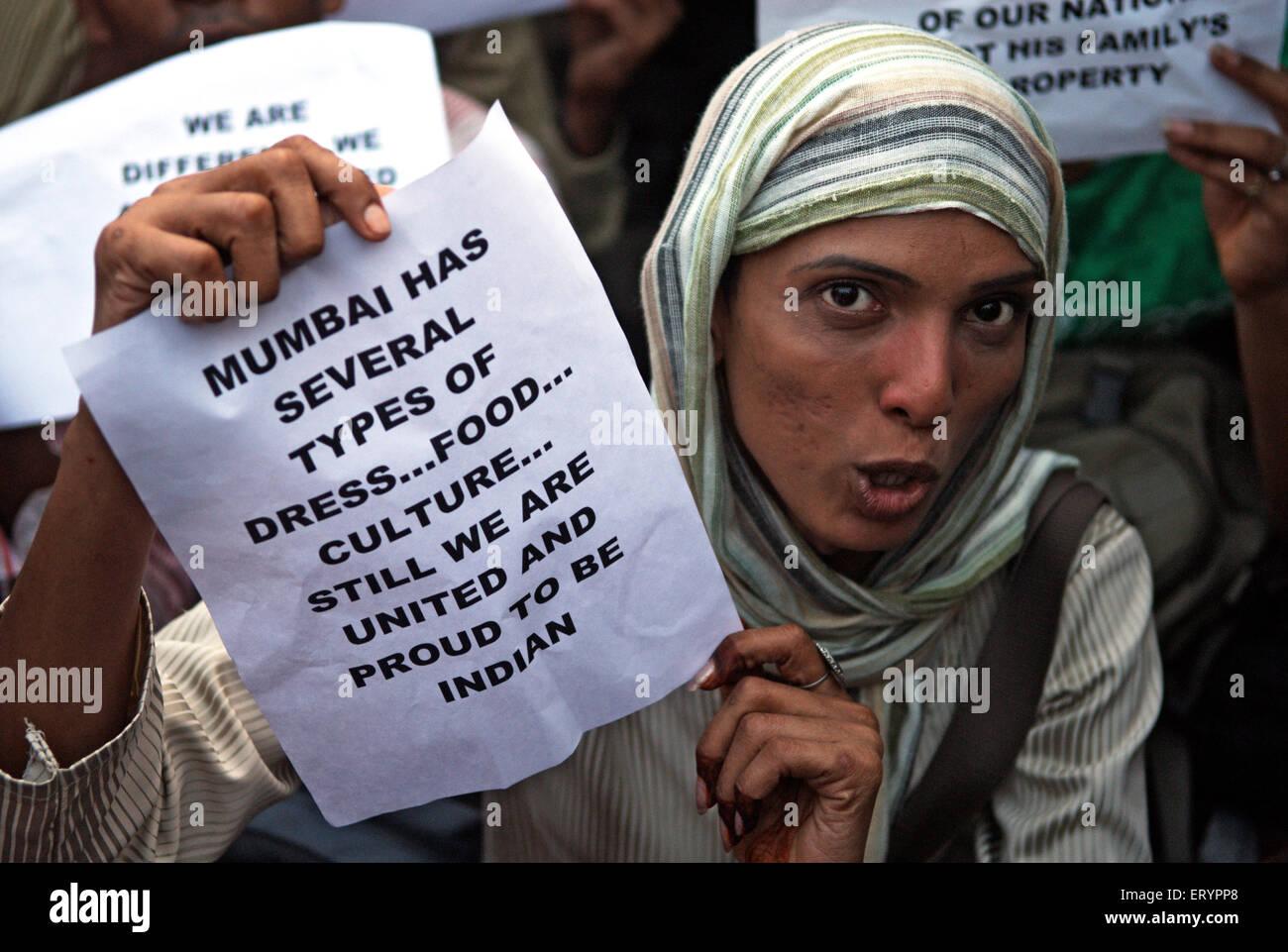 Demonstrant Broschüre nach Terroranschlag von Deccan Mudschaheddin in Bombay Mumbai zu halten; Maharashtra Stockbild
