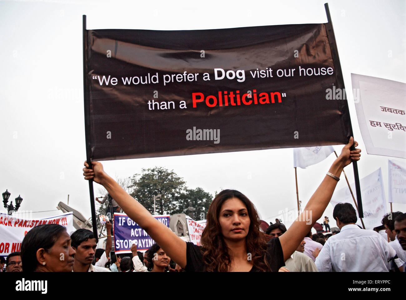 Demonstrant Banner nach Terroranschlag von Deccan Mudschaheddin in Bombay Mumbai zu halten; Maharashtra Stockbild