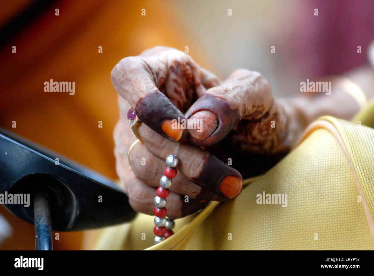 Dawoodi Bohra muslimische Frau singen mit Rosenkranz Stockfoto