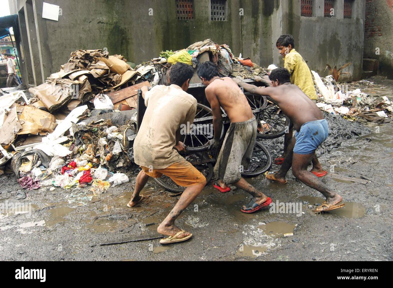 Kurla Bewohner dump Müll in Bombay Mumbai; Maharashtra; Indien Stockbild