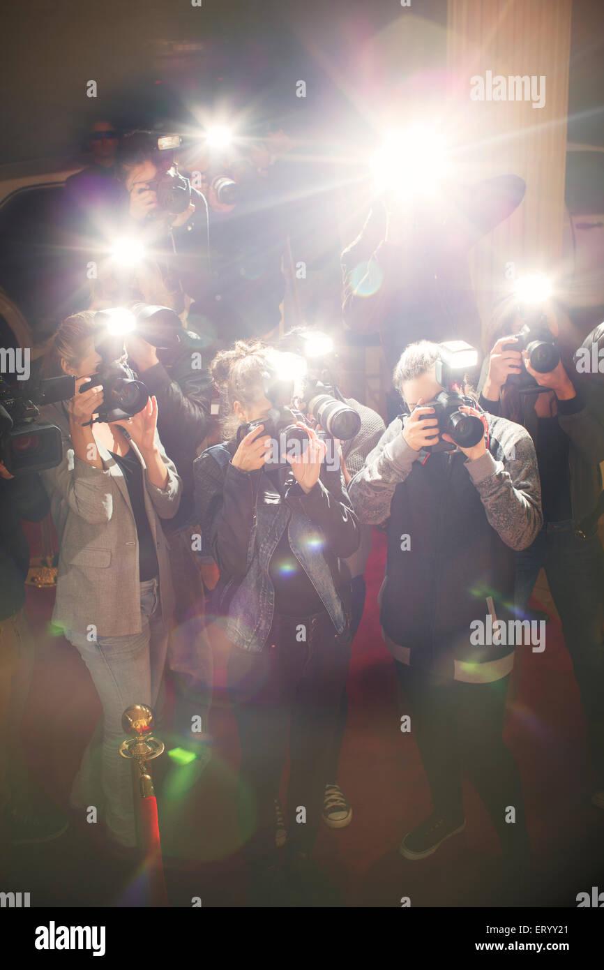 Blendenfleck flash von Paparazzi Fotografen Kameras Stockbild