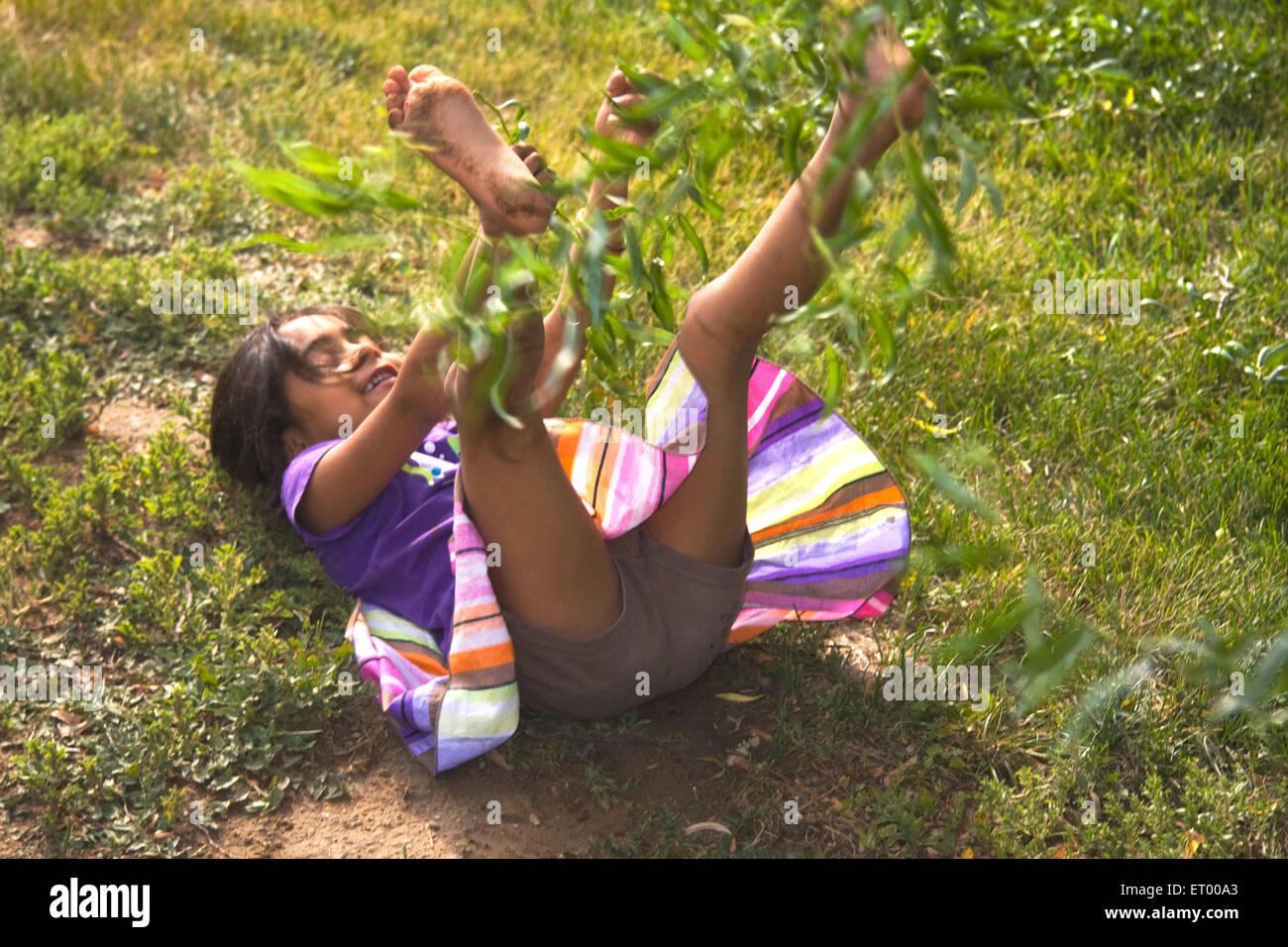 Aktivität von fünf Jahre altes Mädchen kleinen Zweig gezogen und gefallen am Boden Herr #543 Stockbild
