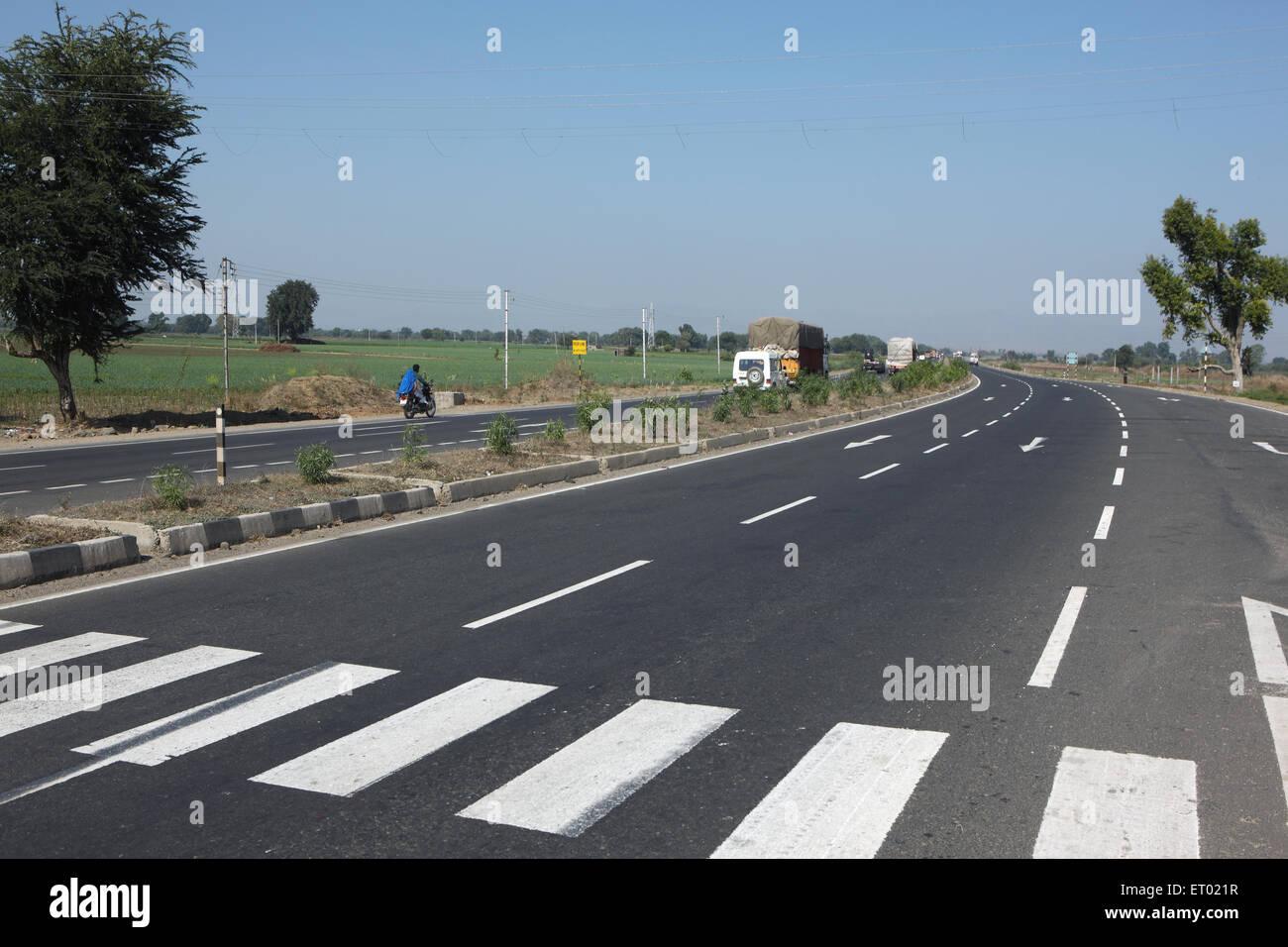Fußgänger-Kreuzungen auf National Highway Nr. 3 Madhya Pradesh, Indien Stockbild