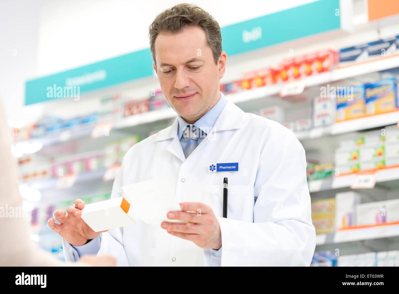Apotheker-Füllung-Rezept in der Apotheke Stockbild