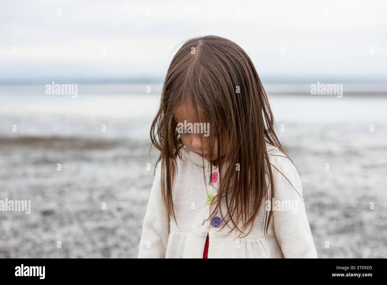 Brünette Mädchen blickte auf Strand Stockbild