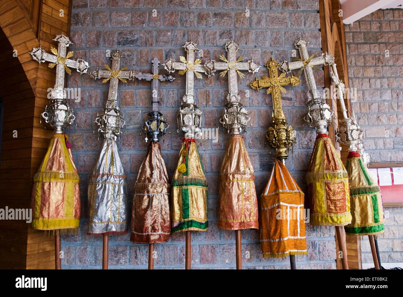 Kreuz mit bunten Sonnenschirmen während Saint George katholischen Forane syrischen Kirchtag am Angamally Kerala Stockbild