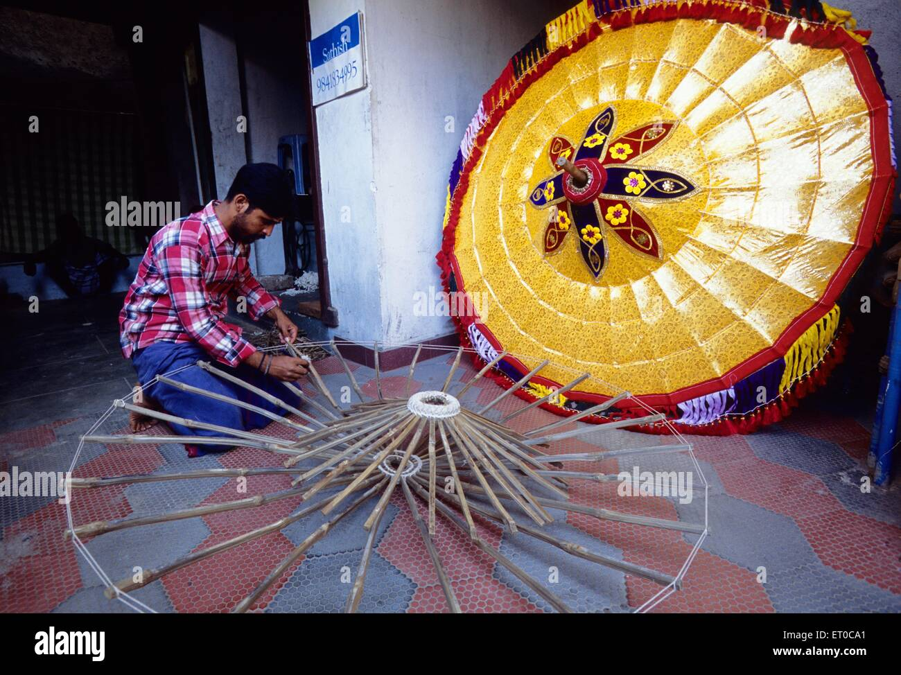 Mann, der Schirme in Chindadripet; Madras Chennai; Tamil Nadu; Indien nicht Herr Stockbild