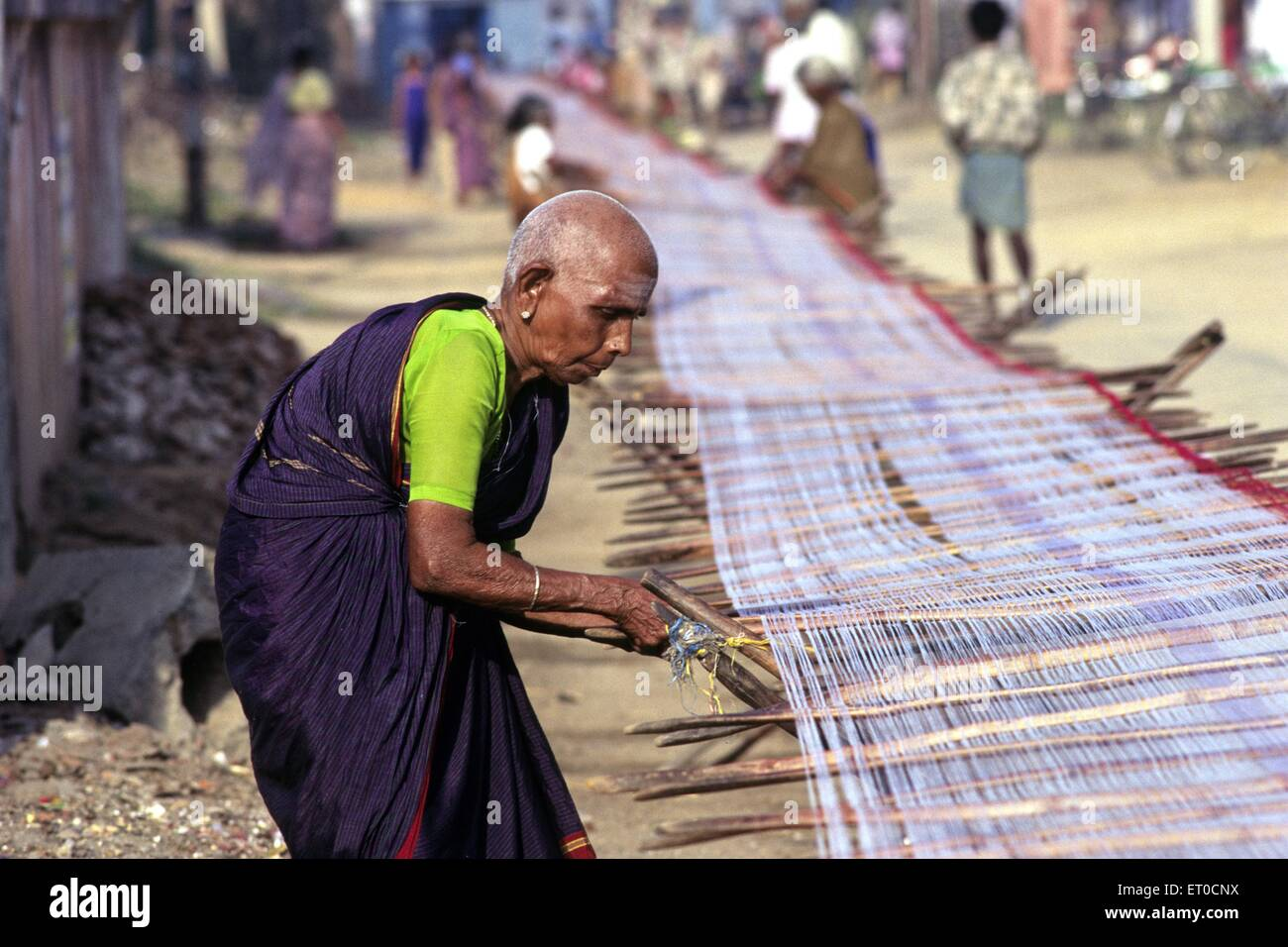 woman weaving india stockfotos woman weaving india bilder alamy. Black Bedroom Furniture Sets. Home Design Ideas