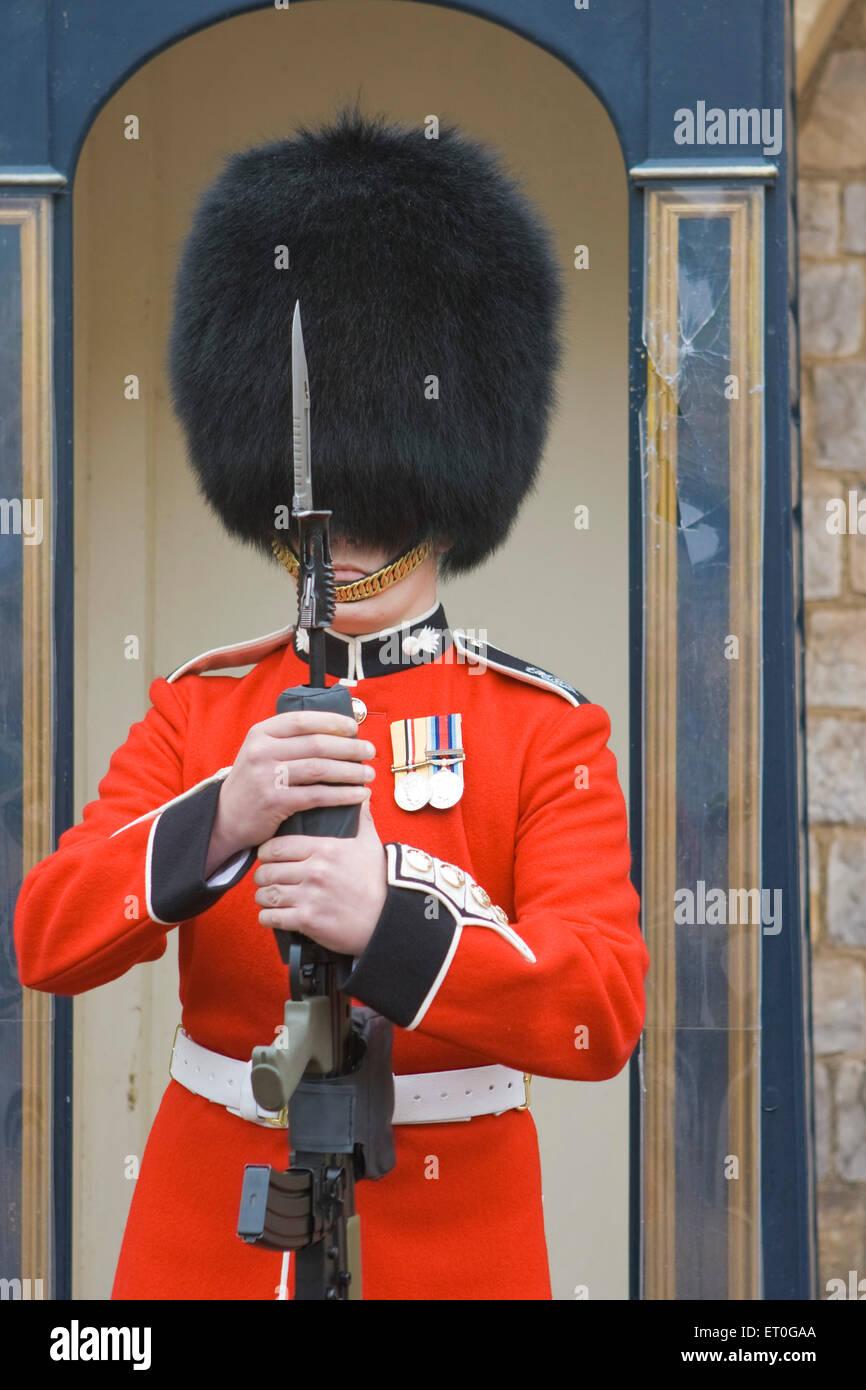 Gewehr in beiden Händen hält Wache; London; UK-Vereinigtes Königreich-England Stockbild