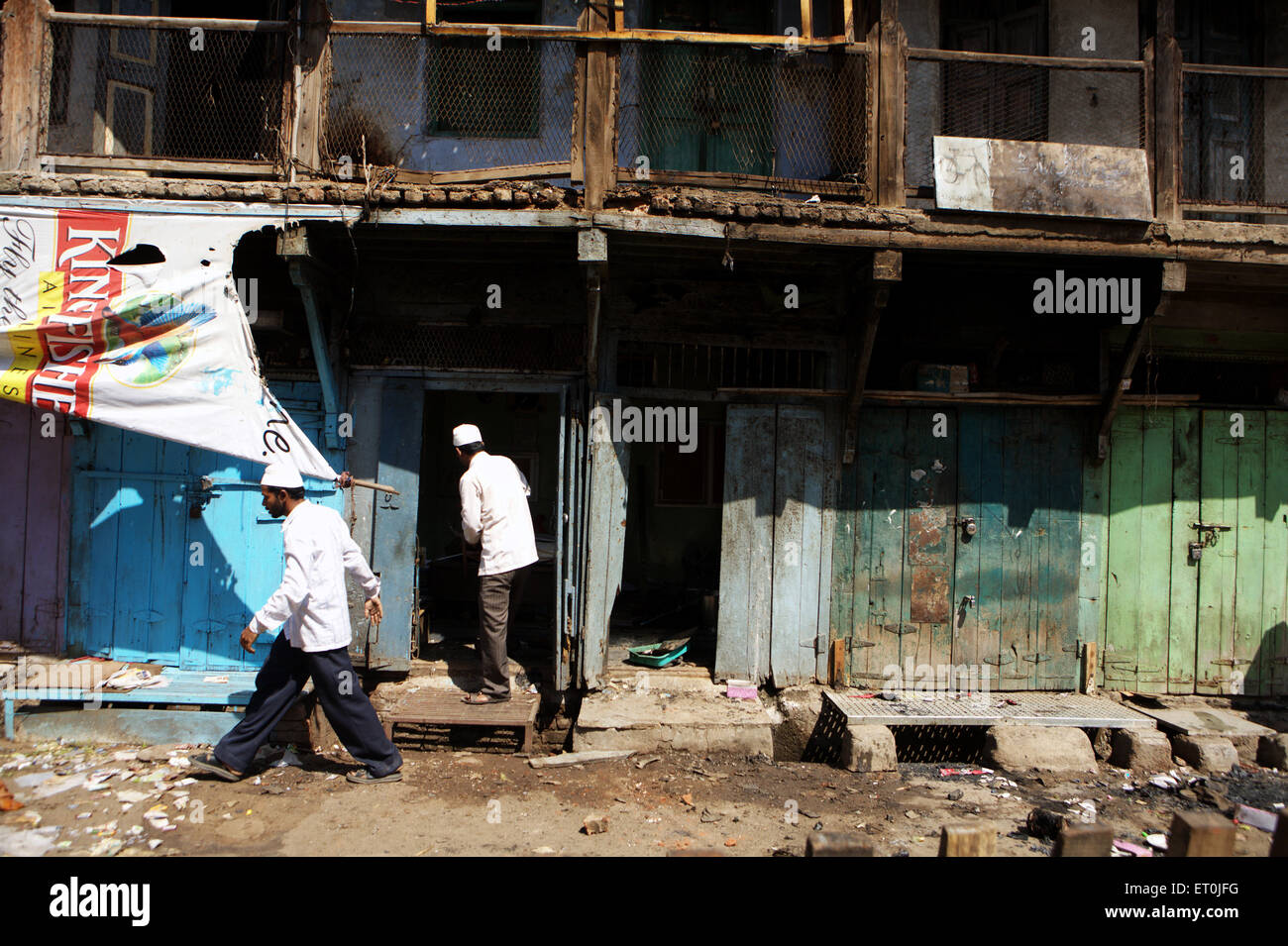 Überwachung von Schäden an ihrem Eigentum nach Bombenanschlag am 29. September 2008 in Textile Stadt Malegaon Stockbild