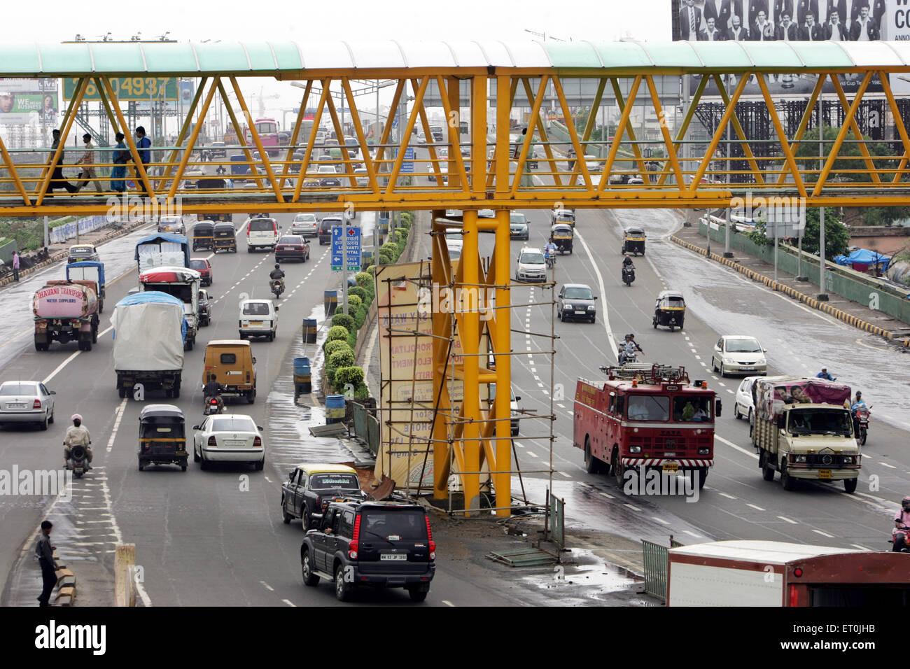 Verkehr an der Western express Highway in Bombay Mumbai; Maharashtra; Indien Stockbild