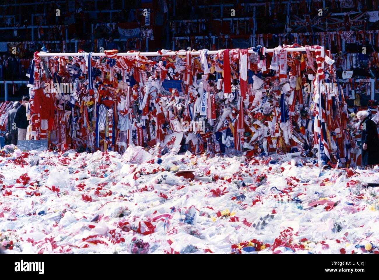 Der Torraum auf dem Spielfeld an der Anfield Road, bedeckt mit Liverpool und Everton Schals und Fahnen als Markierung des Respektes für die vielen Liverpool-Fans, die ihr Leben in Hillsborough nur wenige Tage vor. 18. April 1989. Stockfoto