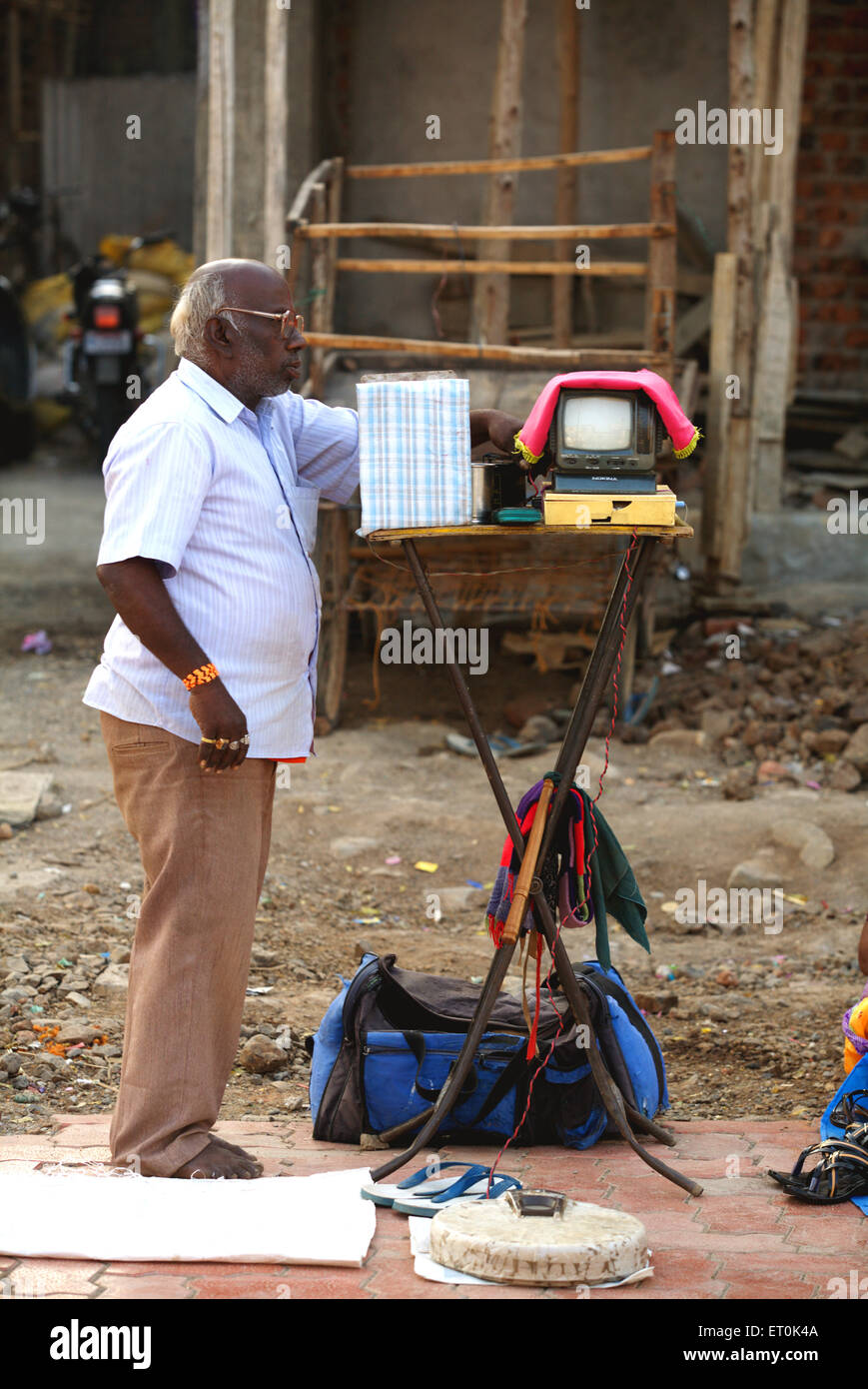 Straße Wahrsagerin mit seiner Maschine die Vermögen auf einem Wanderweg in Nanded erzählt; Maharashtra; Stockbild