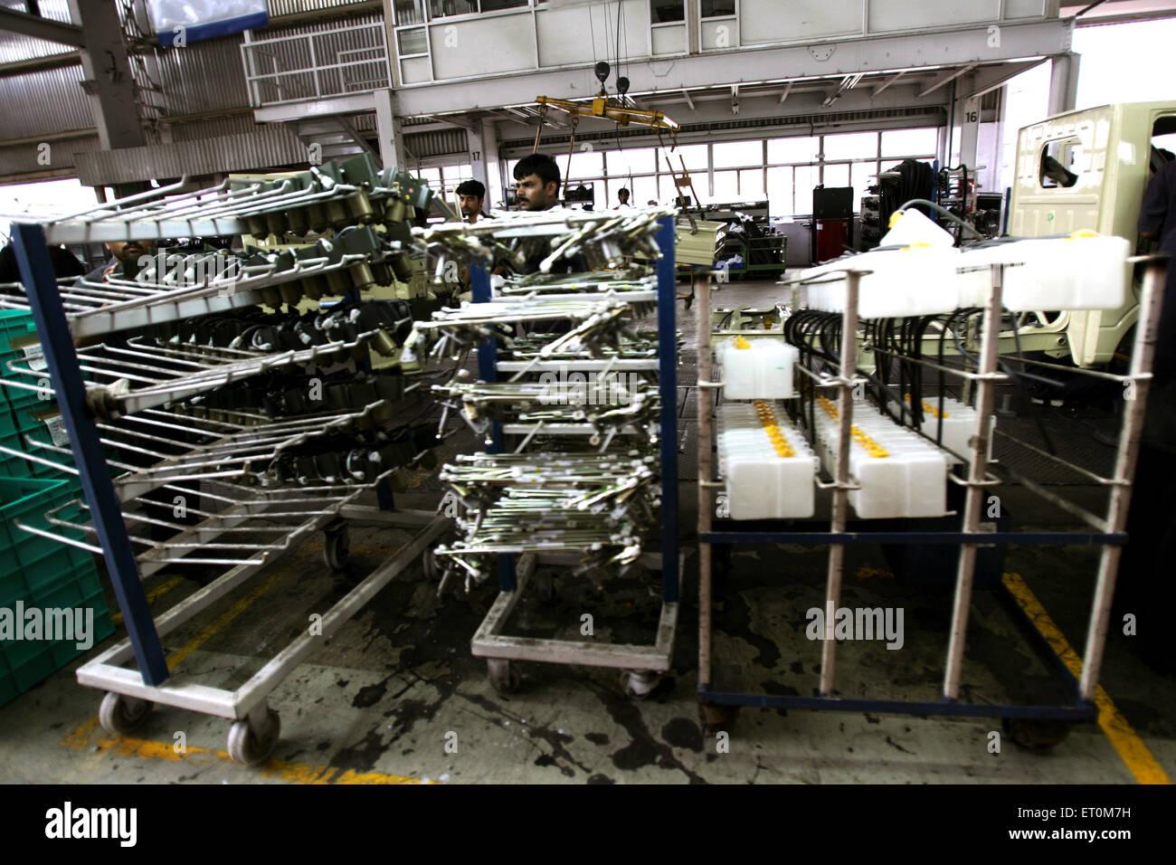 Automobil-Experten arbeiten in Werkstatt; Tata Motors-Fabrik; Pimpri in der Nähe von Pune; Maharashtra; Indien Stockbild
