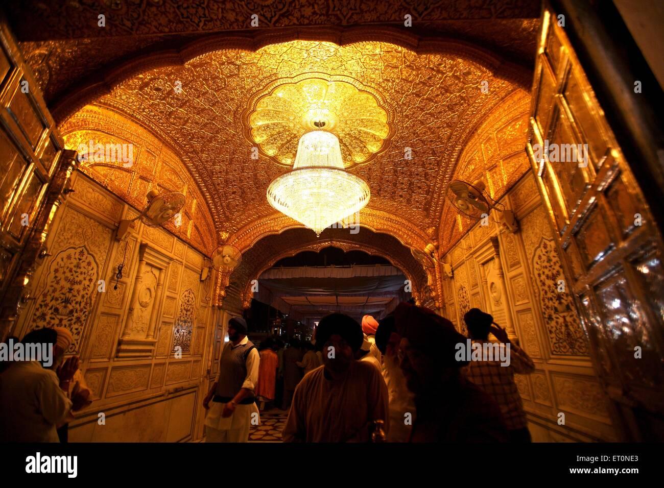 anhnger unter kronleuchter in harmandir sahib oder darbar sahib oder goldenen tempel in amritsar steht punjab indien - Kronleuchter In Indien