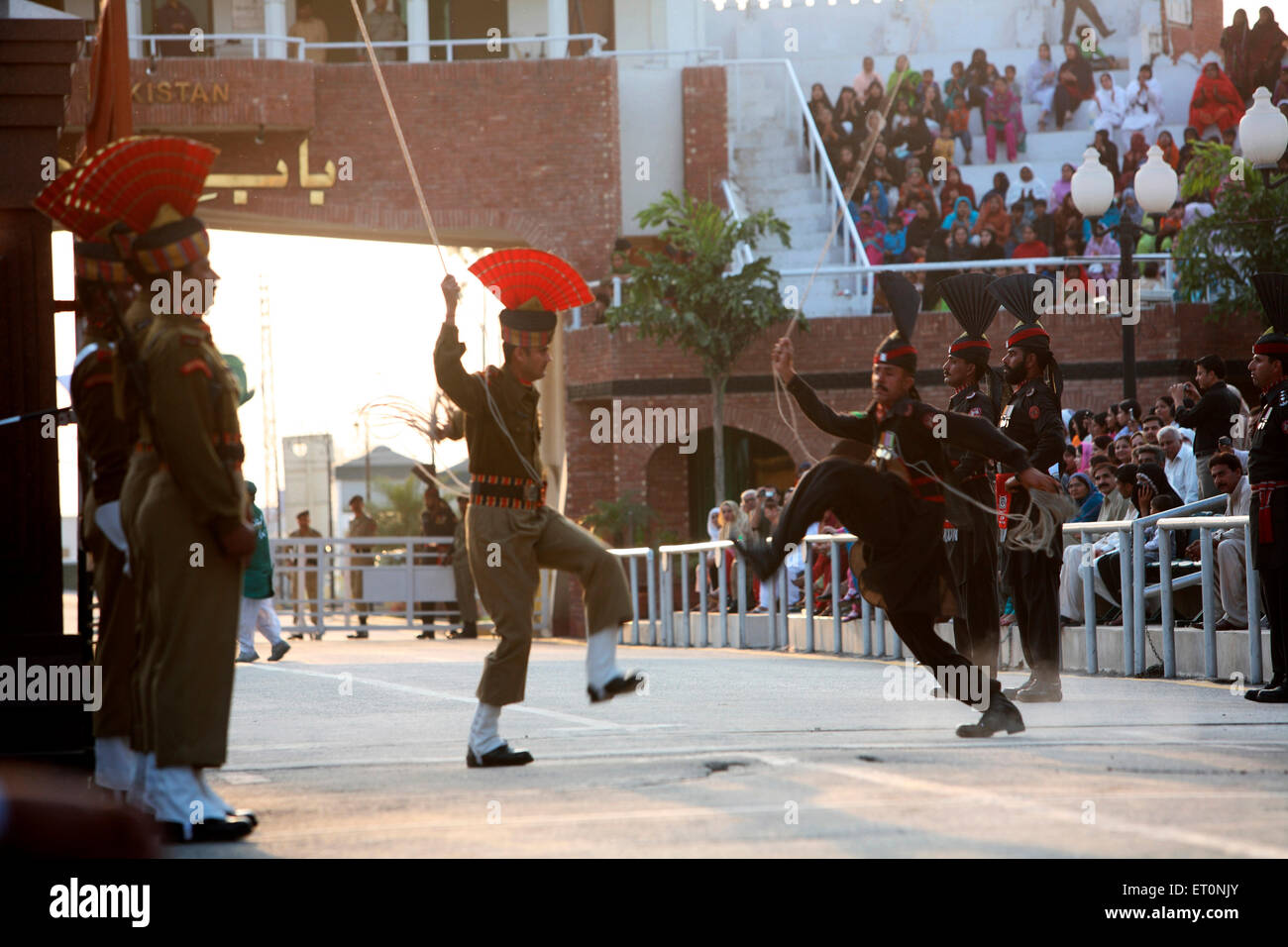 Indischer Grenzsoldaten Sicherheit Kraft und pakistanischen Amtskollegen tun Parade vor dem Start zu ändern, Stockbild