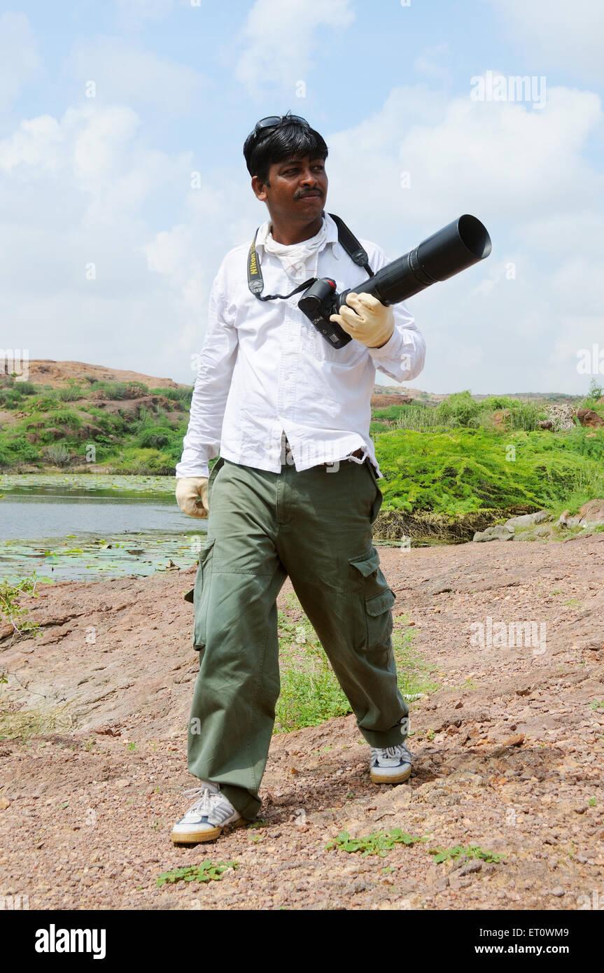 Fotograf Haltung beim Foto-Shooting zu geben; Indien-Herr #786 Stockbild