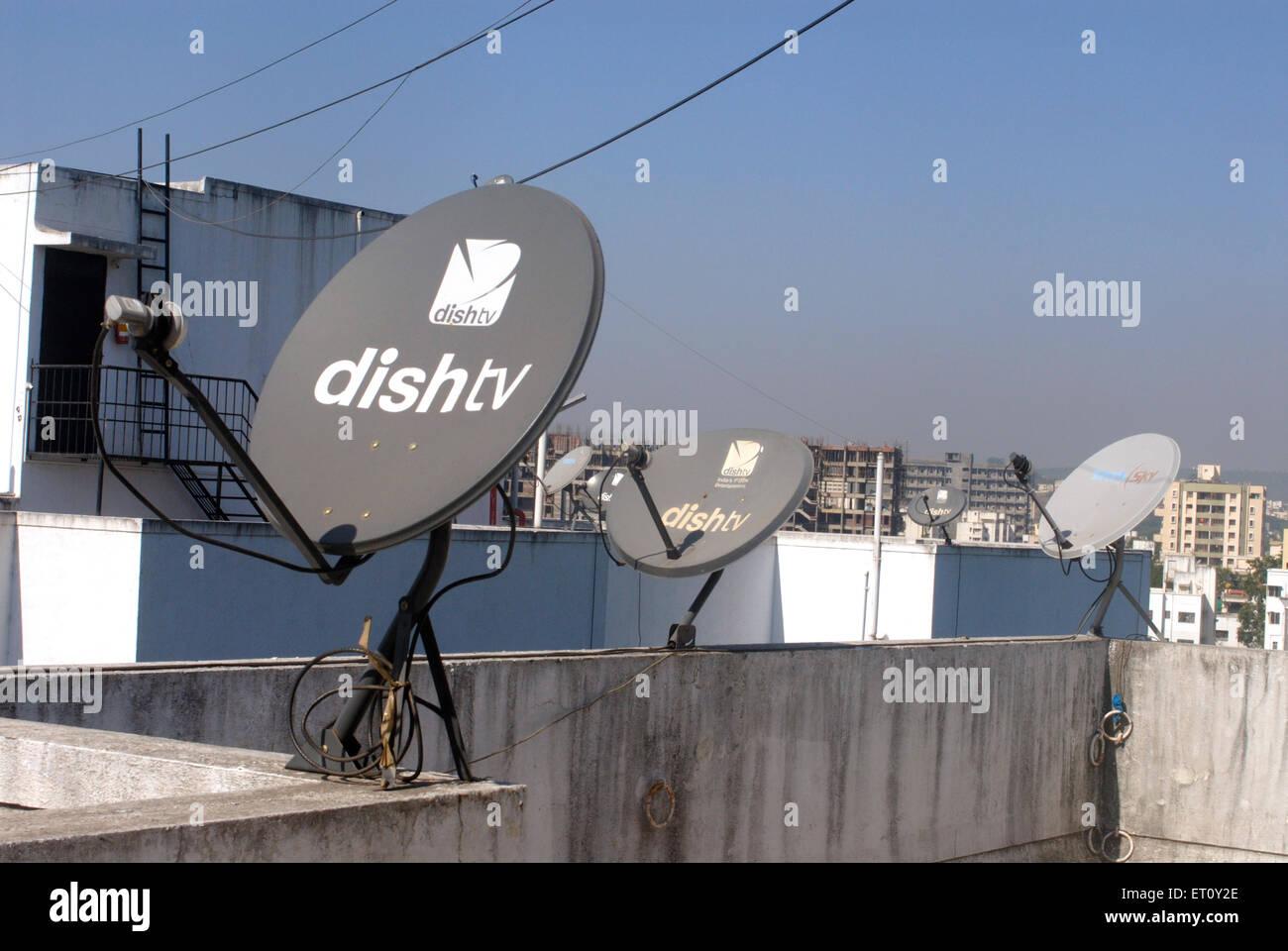 Parabolantennen für Satellitenfernsehen auf Terrasse Wohnanlage am fixiert; Pune; Maharashtra; Indien Stockbild
