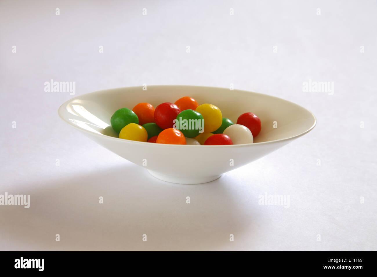 Bunten Ball, der süß-sauer oder Marmor in ovalen Platte auf weißem Hintergrund Stockbild