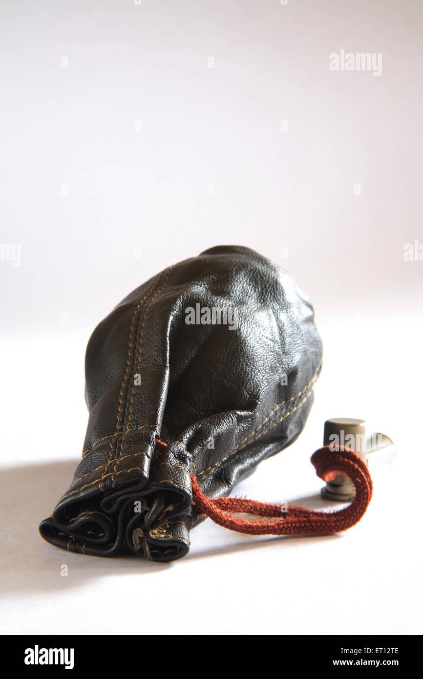 Lederbeutel; kleine Tasche; Geldbörse oder Brieftasche; Finanzen; Indien Stockbild