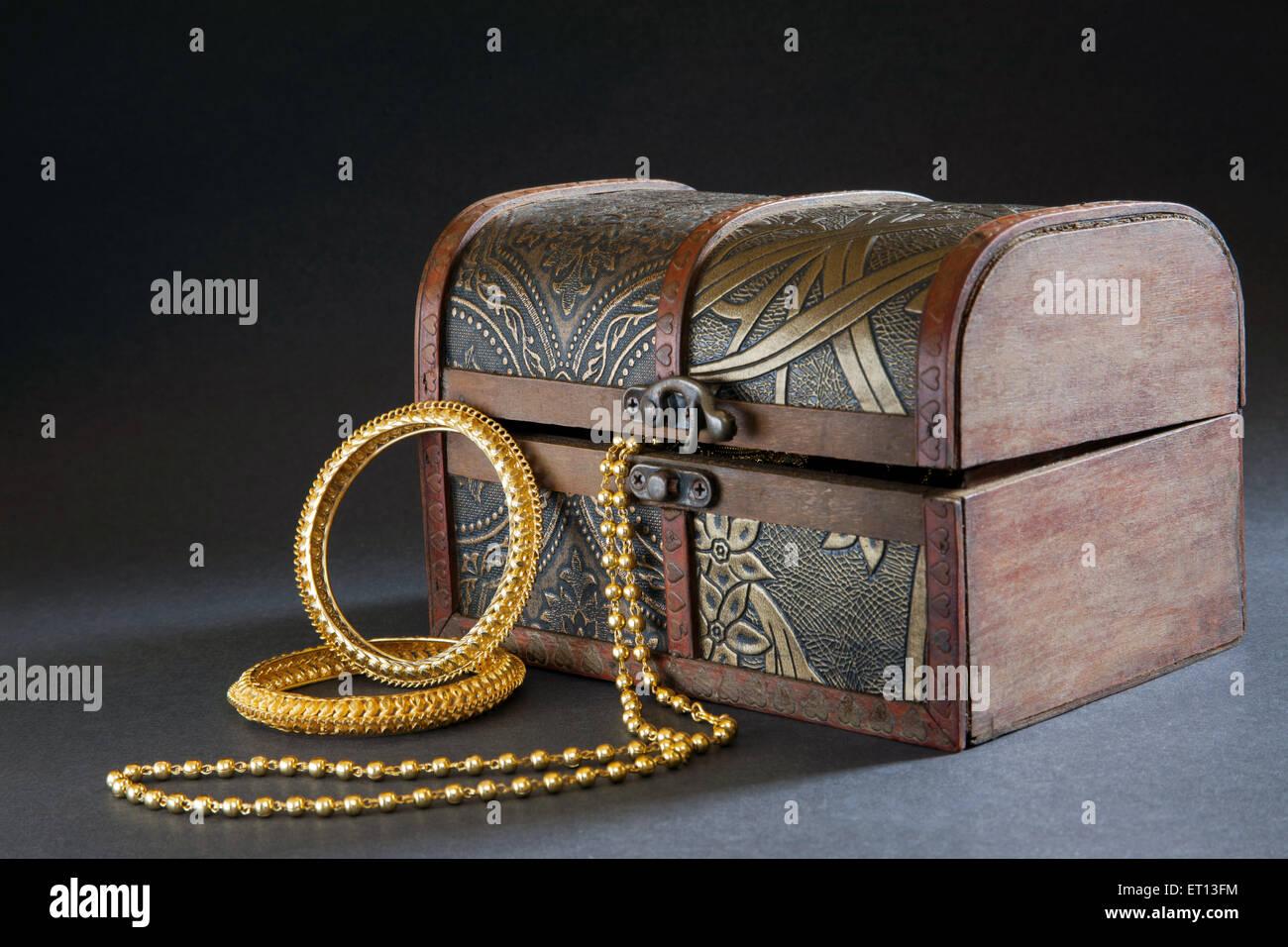 Halskette aus holz stockfotos & halskette aus holz bilder alamy