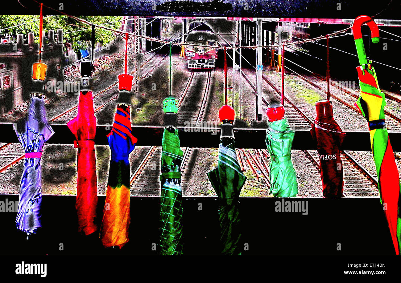 Schirme für den Verkauf auf Eisenbahnbrücke Stockfoto