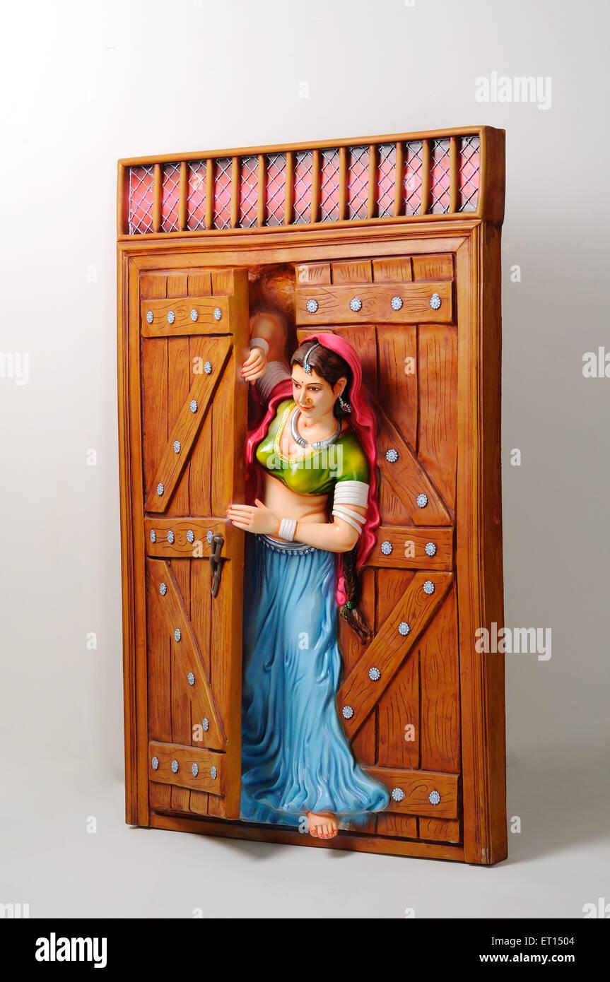 Halb geöffnete tür  Tonfigur; Statue des Rajasthani junges Mädchen peeping aus halb ...