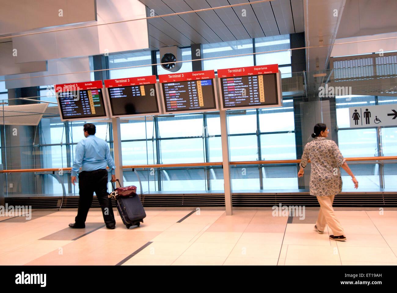 Indische Touristen Paar mit Gepäck am Flughafen Singapur - Herr Nr. 364-Rmm 167161 Stockbild