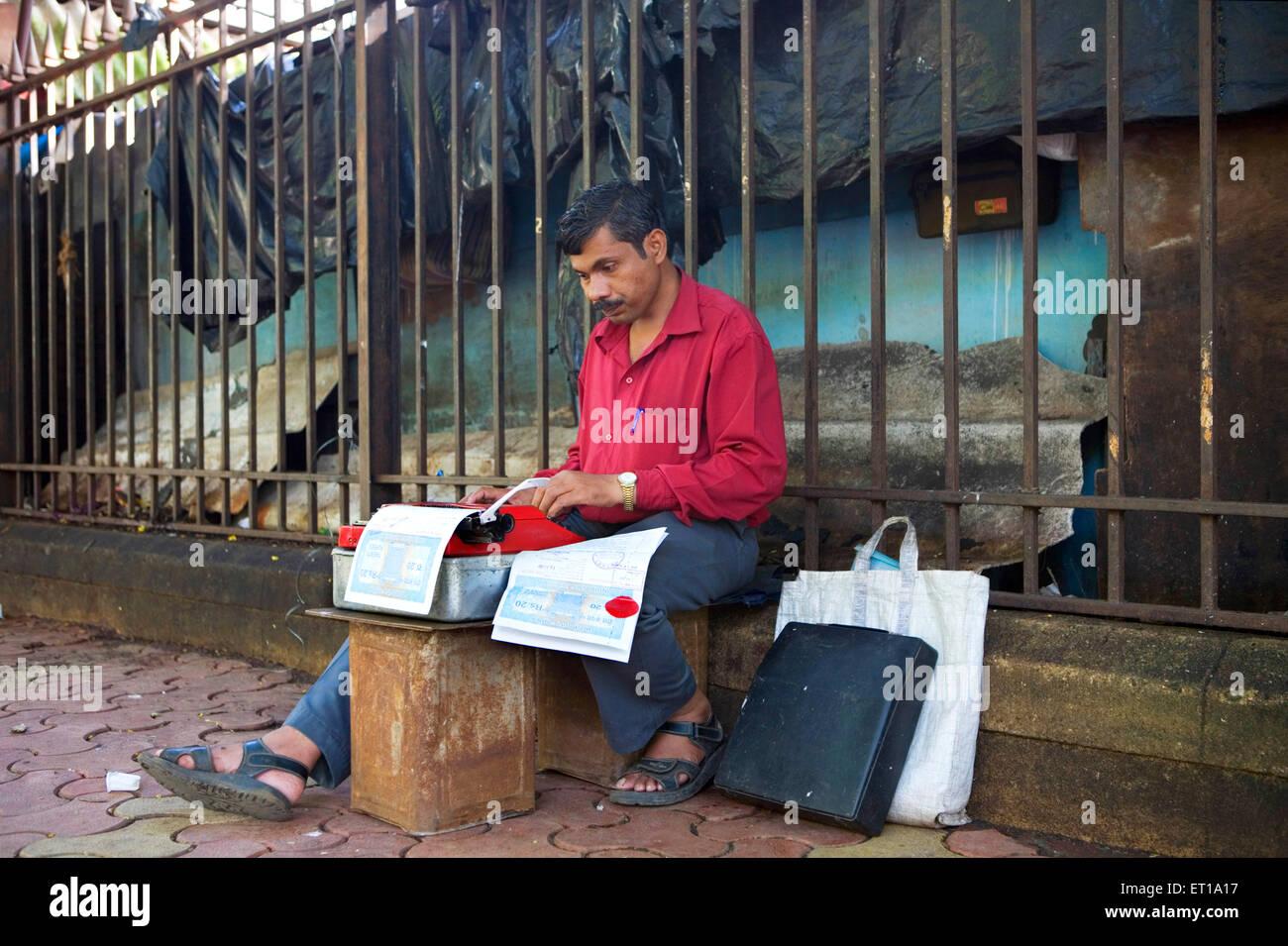 Schreibkraft Rechtsdokument auf Schreibmaschine auf Fußweg außerhalb Stadt Zivilgericht zu tippen; Mumbai Bombay; Stockfoto