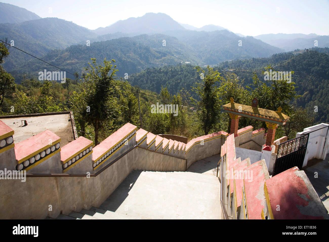 Bunte Begrenzungswand; Tibetische Architektur; Dulanji; Himachal Pradesh; Indien Stockbild