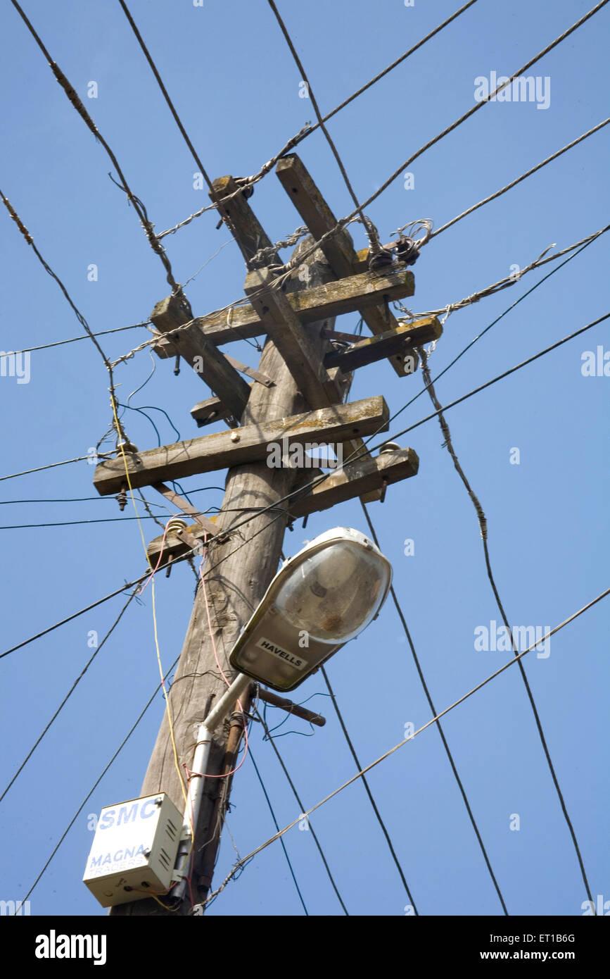 Netzteil Strommast aus Aluminium und Holz in Srinagar; Jammu und Kaschmir; Indien Stockbild