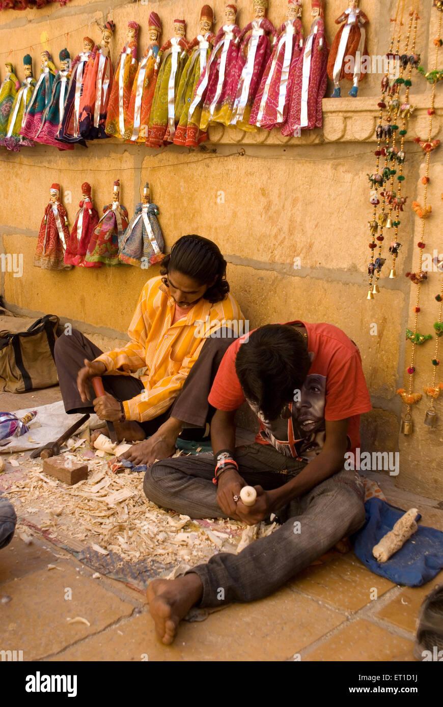 Künstler machen Holzpuppe; Jaisalmer; Rajasthan; Indien Stockbild