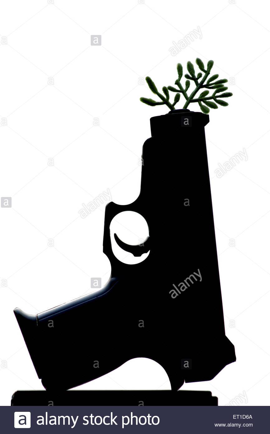 Pistole durch Lauf der Zweig mit Blättern projizieren Stockbild