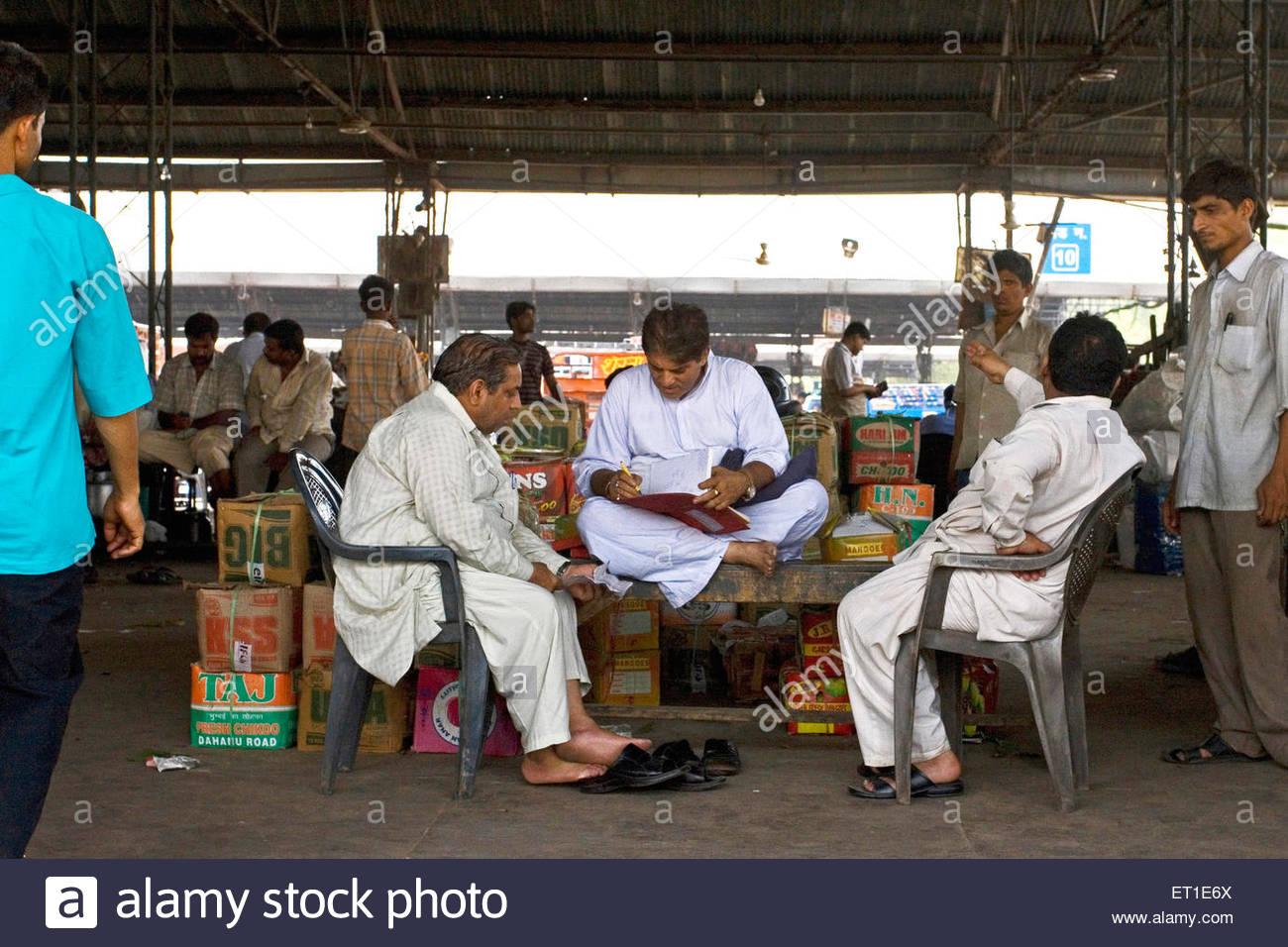 Händler oder Zwischenhändler von Mango-Frucht Datensatz beibehalten; Delhi; Indien - kein Model-Release Stockbild
