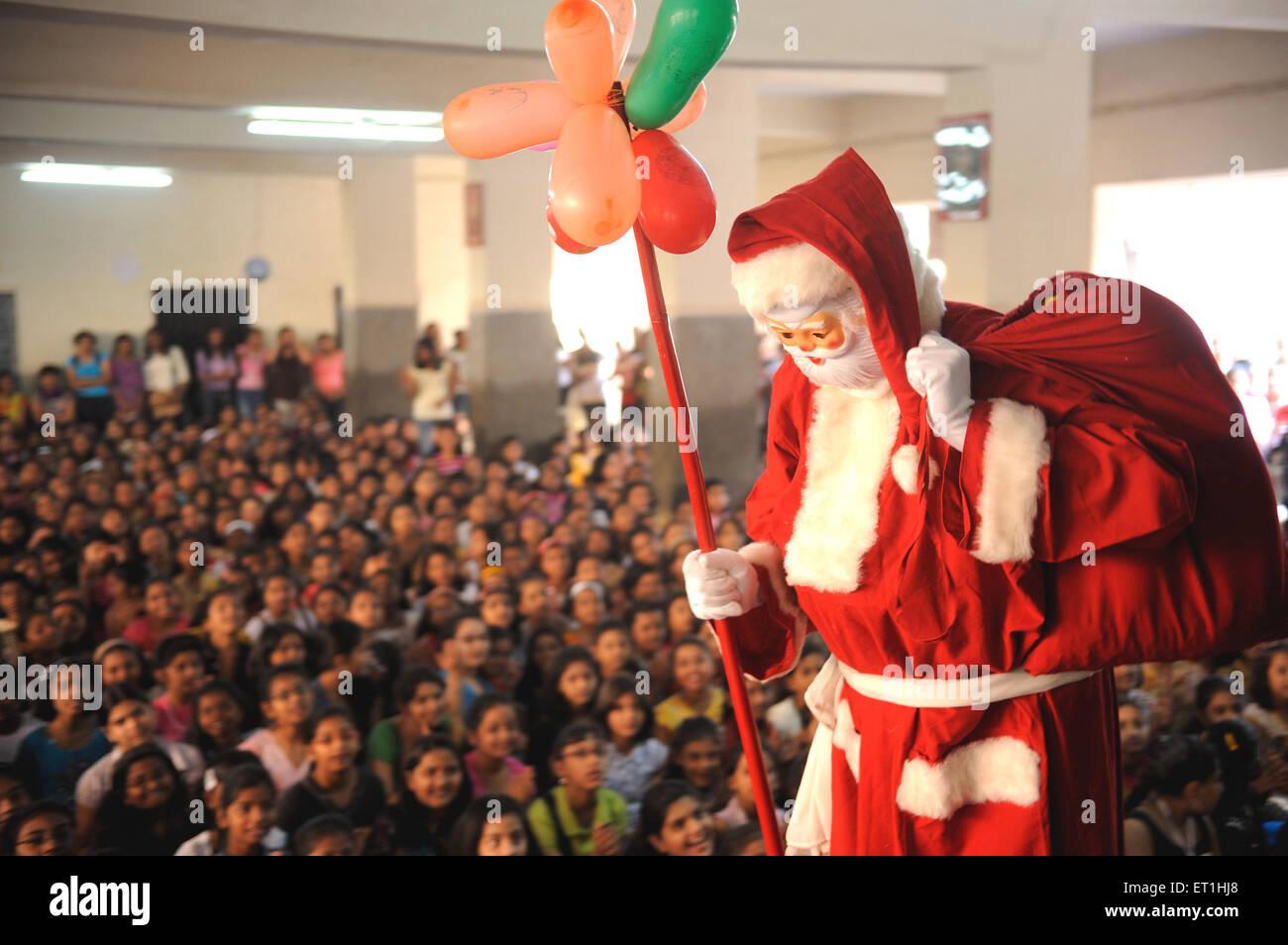 Santa Claus kommt um Kinder; Bombay Mumbai; Maharashtra; Indien nicht Herr Stockfoto