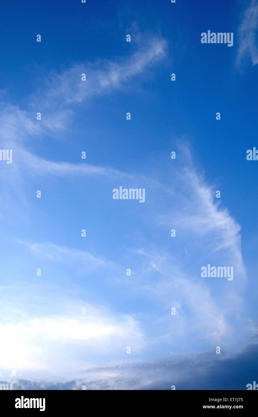 Weiße Wolkenbildung gegen blauen Himmel; 4. Juni 2008 Stockbild