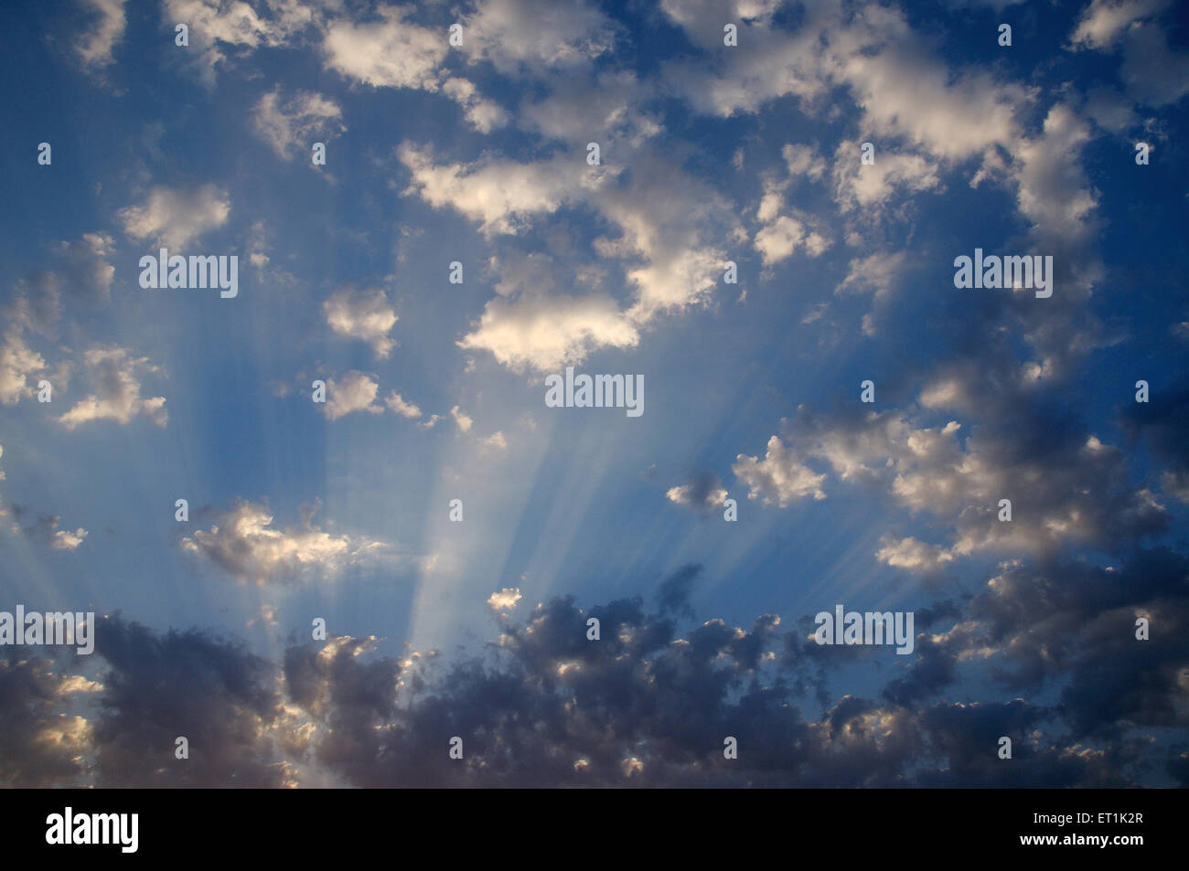 Naturphänomen der Wolkenbildung und Sonnenstrahlen; Pune; Maharashtra; Indien 19. April 2010 Stockbild