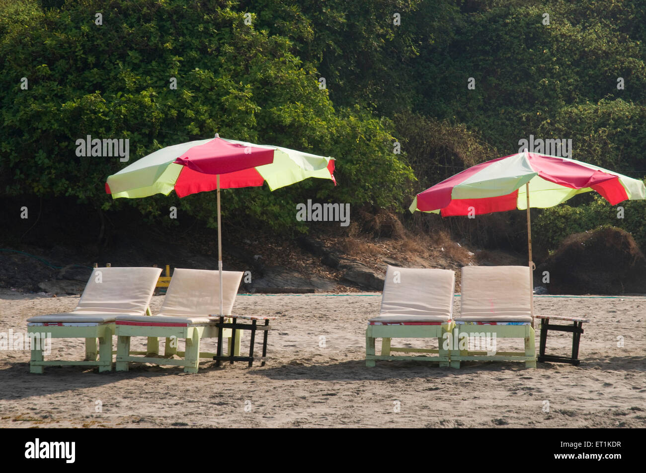 Schirme mit Stühlen Vagator Beach Goa Maharashtra Indien Asien März 2011 Stockbild