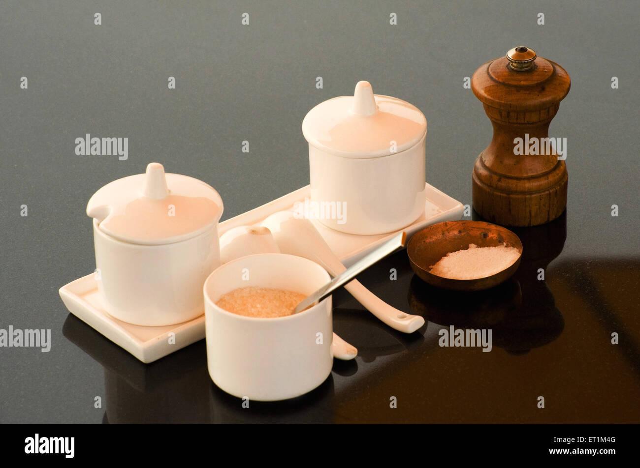 Salz- und Pfefferstreuer und Zucker auf grauem Hintergrund Stockfoto