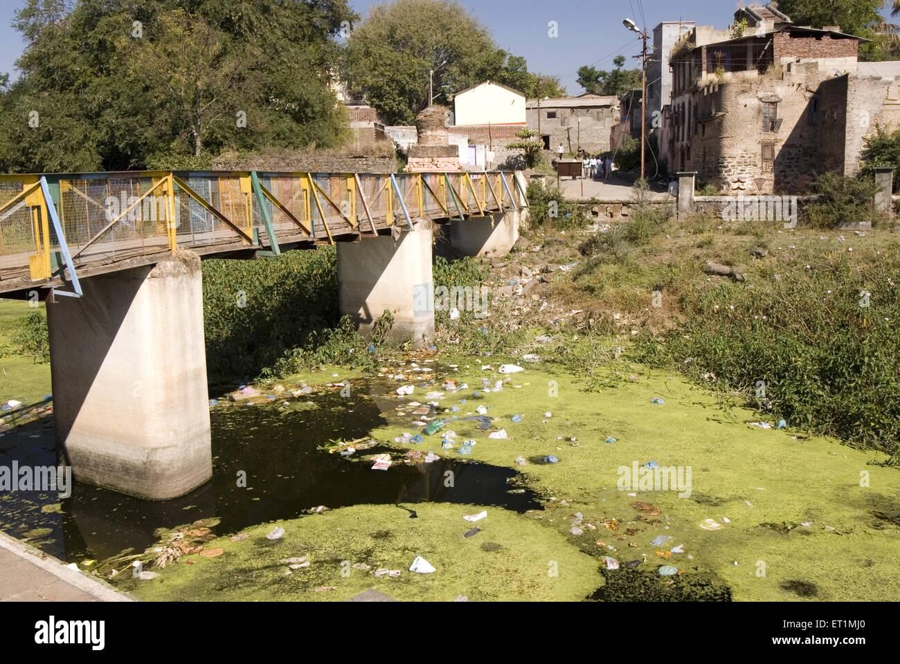 Umweltverschmutzung Fluss verwandelt Abfall Dump Menschen werfen Müll Fluss Karh Sasvad Dorf Taluka Purandar Stockbild