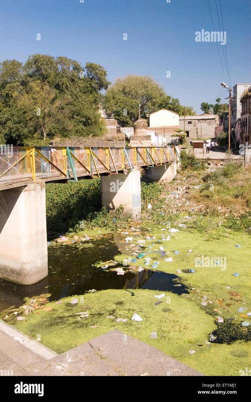 Umweltverschmutzung; Fluss, Müllhalde verwandelt; Menschen werfen Müll im Fluss Karh im Sasvad Dorf; Taluka Stockbild