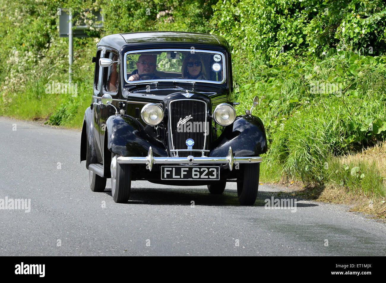 1936 Austin zehn schwarze 4-türige Limousine Oldtimer auf Country Road, Burnfoot, County Donegal, Irland Stockbild