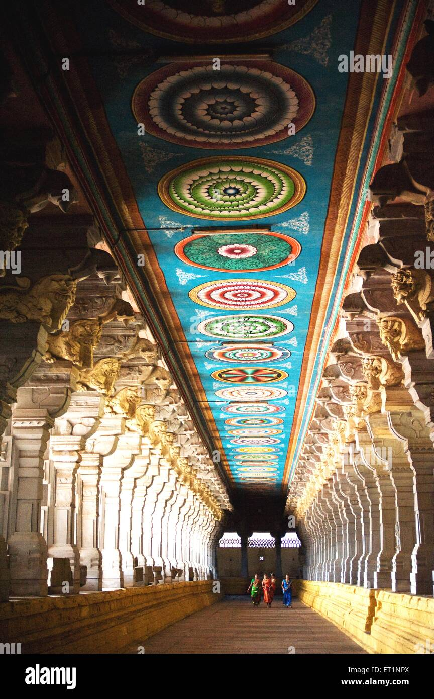 Korridore und geschnitzte Säulen des Tempels Rameshwaram; Tamil Nadu; Indien Stockbild