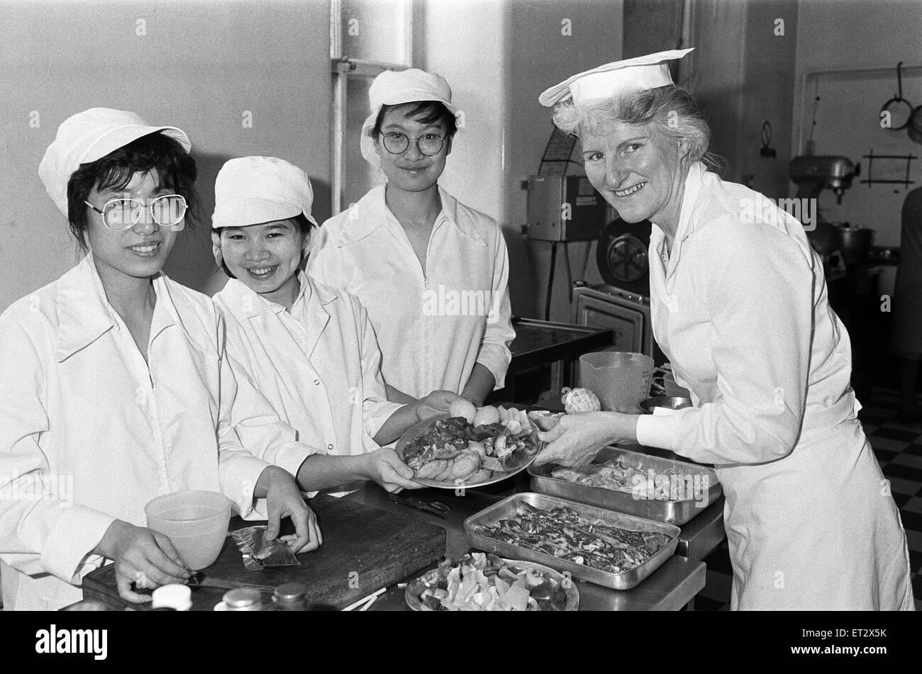 Vom linken Mona Chan Yu Chun diskutieren Velly Intan und Michelle Li Cho Man ein chinesisches Essen mit Frau Anne Stockbild
