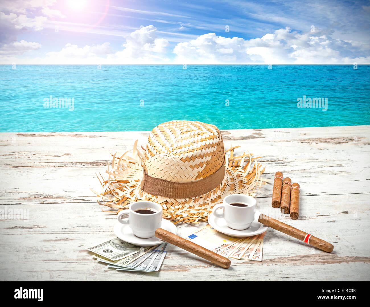 Kaffee, Zigarren, Geld und Hut auf hölzernen Strand Tisch. Sommer-Abenteuer-Konzept. Stockbild