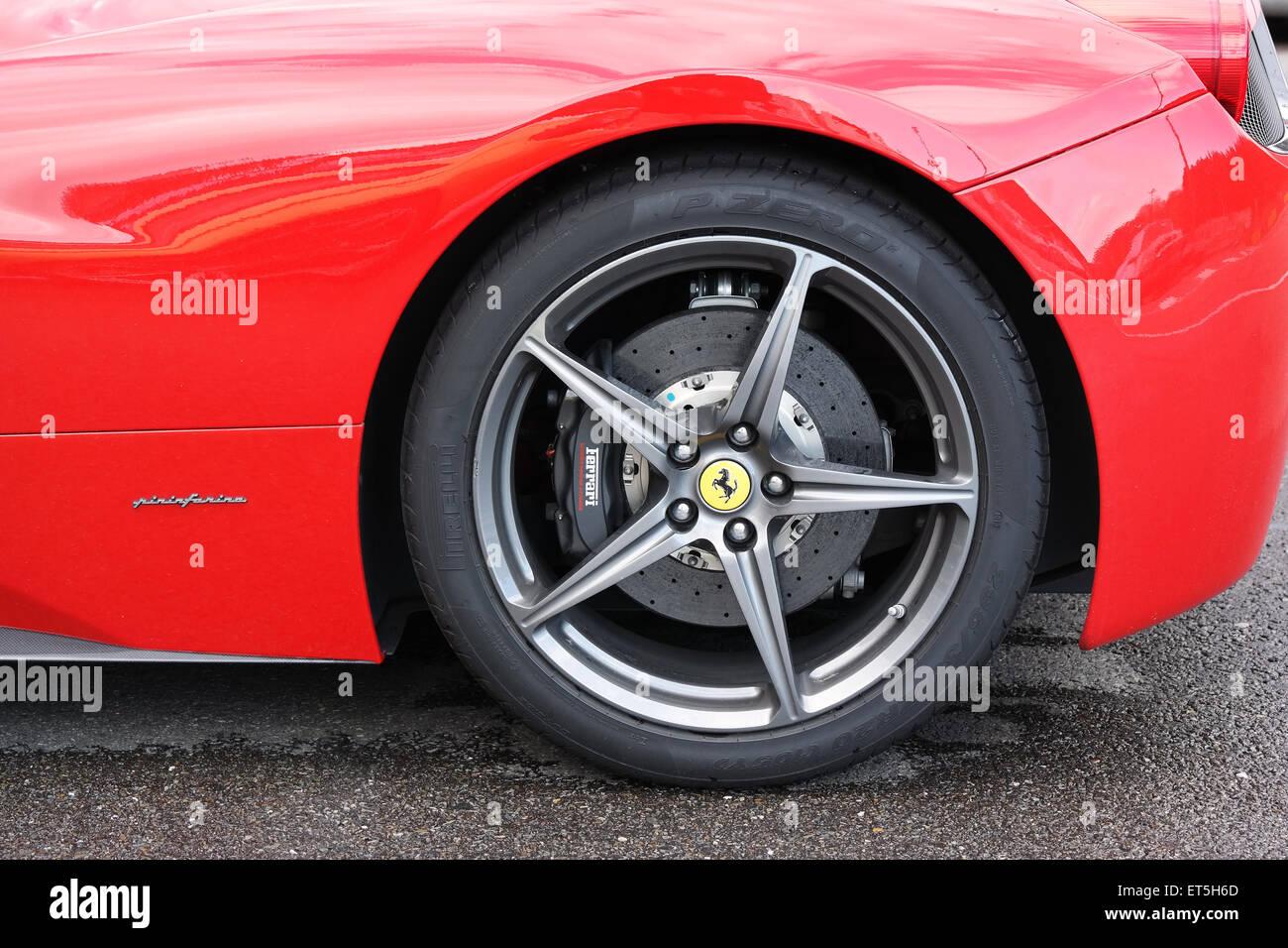 FRANCORCHAMPS, Belgien - Mai 2015: Nahaufnahme eines Rades mit Carbon-Keramik-Bremse eines Ferrari-Sportwagens von Stockbild