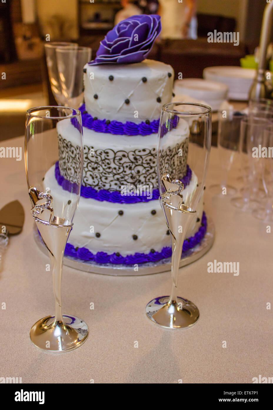 Hochzeitstorte Mit Grossen Lila Blume Und Sektglaser Stockfoto Bild