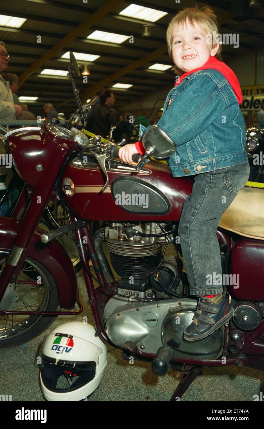 Michael Tilley, im Alter von drei und eine halbe, versucht, eine 1956 Ariel 500cc auf der Classic Bike Show. 28. Stockbild